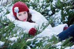 享受冬天的美丽的少妇 免版税库存照片