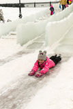 享受冰幻灯片的俄国家庭 免版税图库摄影