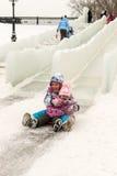 享受冰幻灯片的俄国家庭 库存图片