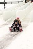 享受冰幻灯片的俄国家庭 免版税库存照片