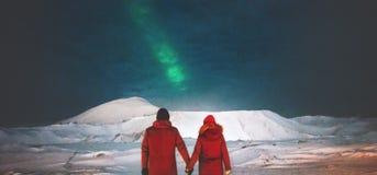 享受北极光视图的夫妇旅客 免版税图库摄影