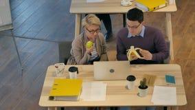 享受午休的工作者在办公室 股票录像