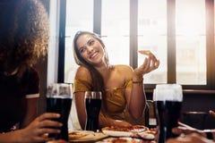 享受午餐的女性朋友在餐馆 库存照片