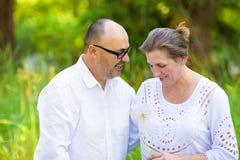 享受周末天的愉快的成熟夫妇在公园 库存照片