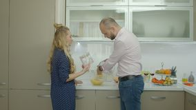 享受周末的正面夫妇在厨房里 股票录像