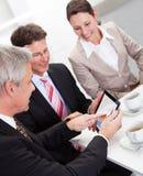 享受咖啡休息的企业同事 免版税库存照片