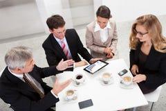 享受咖啡休息的企业同事 免版税库存图片