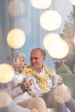 享受圣诞节晚上的婚姻 免版税图库摄影