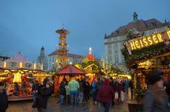 享受圣诞节集市场所的人们 图库摄影