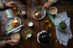 享受在一张木桌上的一顿简单的膳食 库存照片