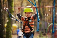享受在上升的逗人喜爱的小男孩一个晴天 免版税图库摄影
