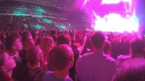 享受在体育场的许多青年人盛大庆祝,摄制在电话的事件 股票录像