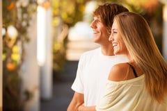享受在公园的年轻美好的夫妇一天 免版税库存照片