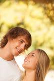 享受在公园的年轻美好的夫妇一天 库存图片