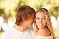 享受在公园的年轻美好的夫妇一天 免版税库存图片