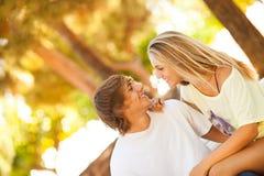 享受在公园的年轻美好的夫妇一天 库存照片