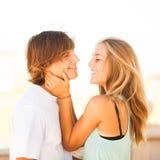 享受在公园的年轻美好的夫妇一天 图库摄影
