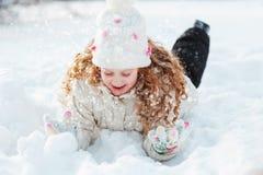 享受在冬天步行的逗人喜爱的女孩自然在晴天 图库摄影