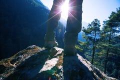 享受在喜马拉雅山山的远足者日出 免版税库存照片