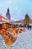 享受在圆顶的人们一个每年圣诞节市场摆正 库存照片