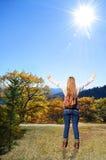 享受在她的秋天的女孩时间远足旅行 库存图片
