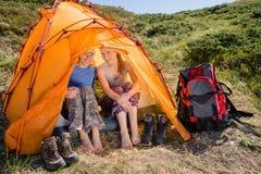享受在山的愉快的妇女自然 免版税库存图片