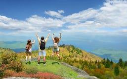 享受在山的愉快的家庭假期旅行 图库摄影