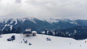 享受在山的愉快的家庭冬天假期 家庭滑雪假期 人们观察山风景 股票视频