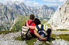 享受在山的高级夫妇节假日 免版税库存图片