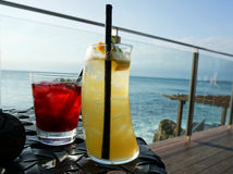 享受在岩石酒吧Ayana手段巴厘岛的饮料 库存图片