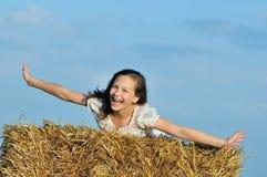 享受在干草的美丽的女孩本质 库存图片