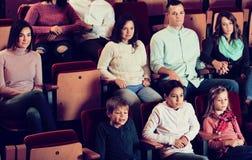 享受在戏院的人们影片掩护 库存图片
