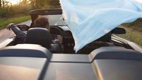 享受在敞蓬车的年轻白种人夫妇旅行 影视素材