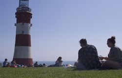 享受在普利茅斯锄,英国的人们显著地温暖的天气 库存照片