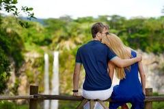 享受在毛里求斯的Chamarel秋天的年轻夫妇一个看法 库存照片