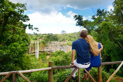 享受在毛里求斯的Chamarel秋天的年轻夫妇一个看法 免版税图库摄影
