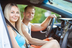 享受在汽车的青年人一roadtrip 免版税库存照片