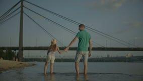 享受在河岸的愉快的家庭周末 影视素材