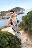 享受在海岛上的远足者夫妇旅行 图库摄影