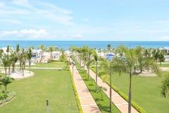 享受在海岸的人们夏天 免版税库存图片