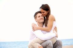 享受在海滩的夫妇彼此的公司 免版税库存照片