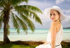 享受在海滩的美丽的妇女夏天 免版税库存图片