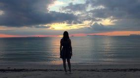 享受在海滩的美丽的妇女日落 股票录像