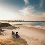 享受在海滩的Girs一天 免版税库存照片