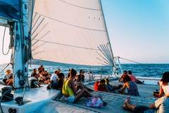 享受在海的人们夏天航行乘从巴伦西亚口岸的游艇 免版税库存照片