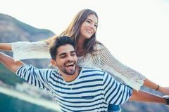 享受在海的年轻美好的旅游夫妇暑假 免版税库存照片