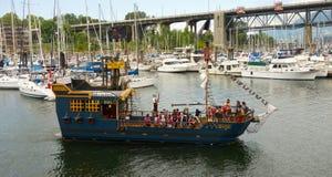 享受在海盗船的游人乘驾在温哥华附近港夏令时 库存图片