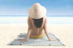 享受在海边的妇女一个暑假 免版税库存照片