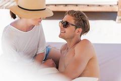 享受在海边的爽快年轻的夫妇假期 免版税库存照片