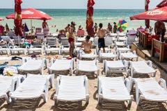 享受在海滩的人们热天气 库存图片